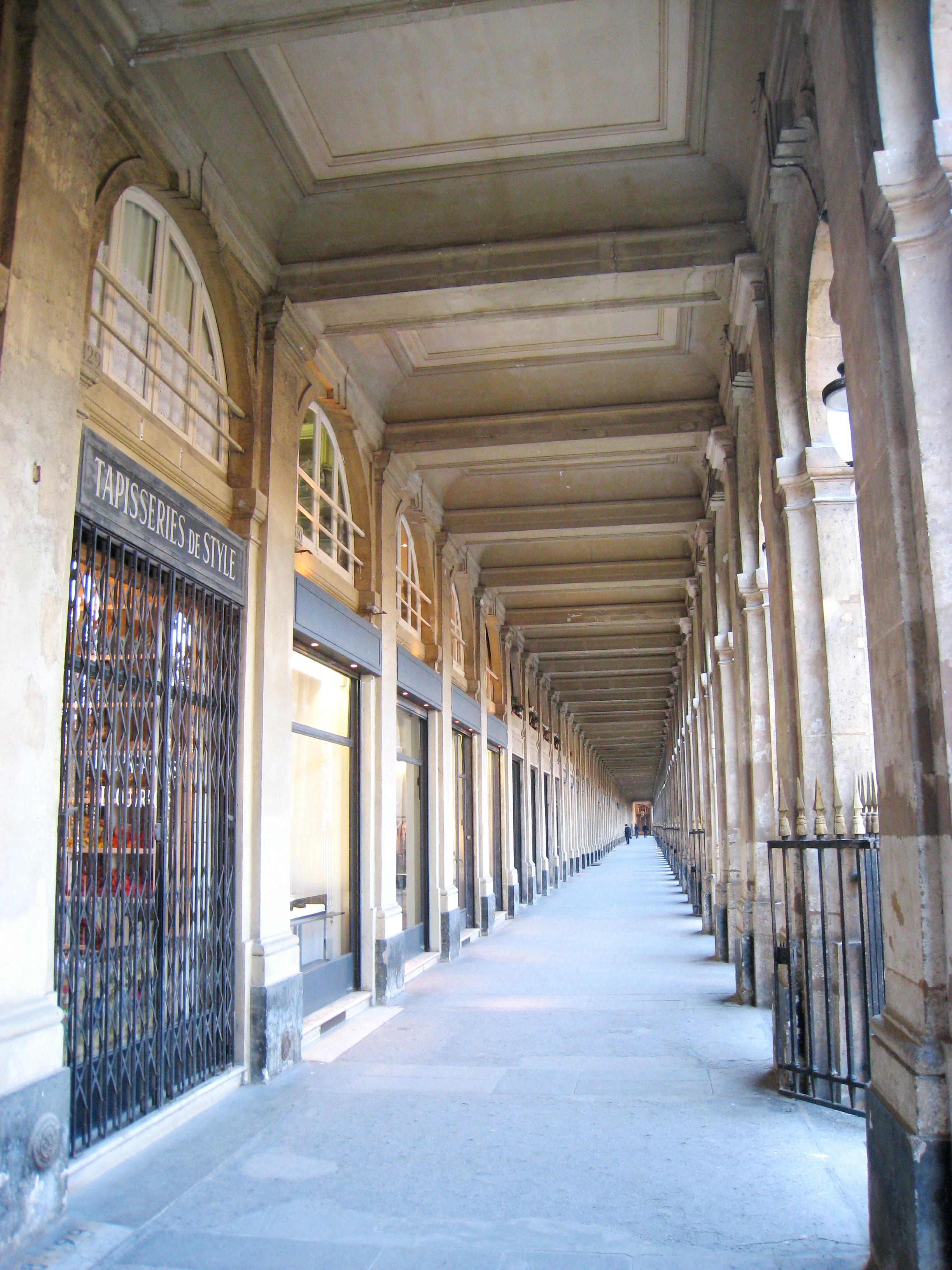 Palais_Royal,_Paris_-_arcade wiki commons