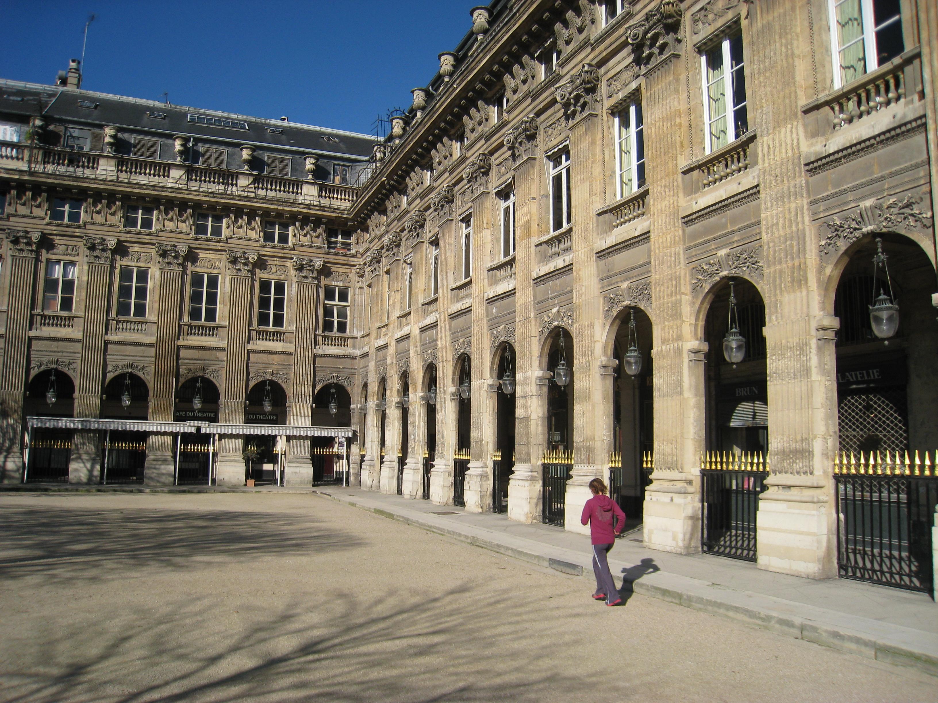 Palais_Royal,_Paris_-_interior_courtyard_detail wiki commons